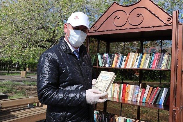 Александр Сапожников открывает книжный шкаф на центральной площади Читы