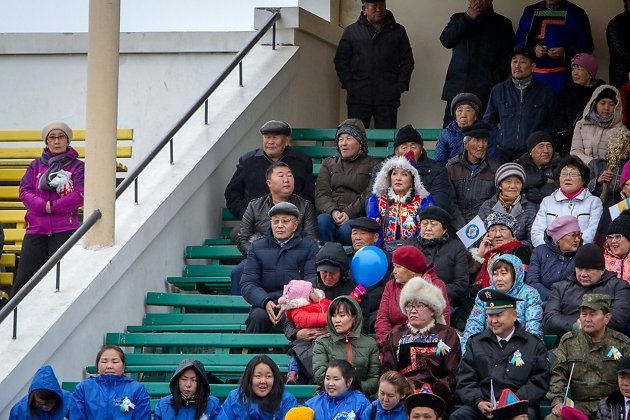 Зрителей на трибунах не много. Многих от посещения мероприятия отпугнули холодный ветер и мокрый снег