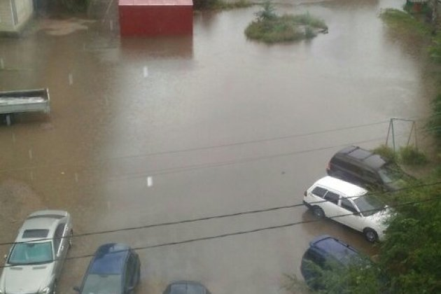 Вода затопила двор в районе Острова