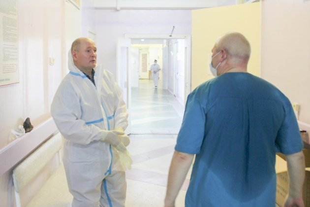 В «красной зоне» работают не только медики, но и другой персонал (например, слесари)