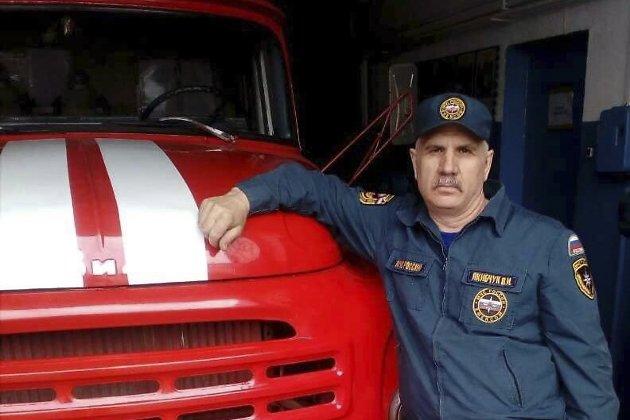 Пожарный изУсть-Кута спас изгорящего дома женщину иребенка