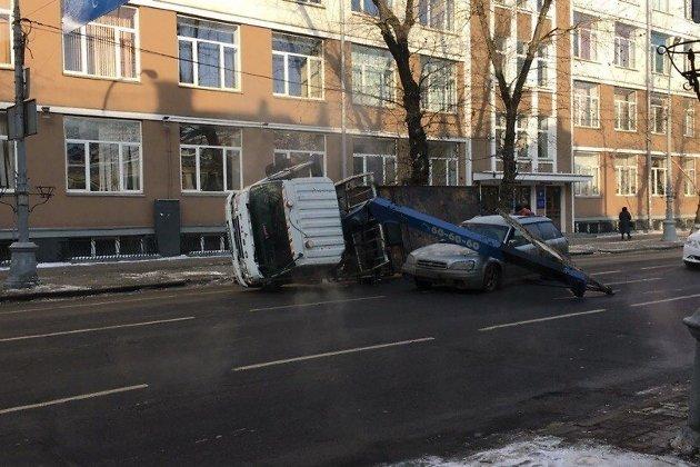 Эвакуатор перевернулся вцентре Иркутска впроцессе погрузки автомобиля
