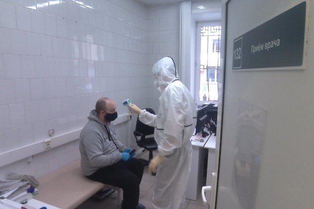 Врач Артём Тимофеев проводит осмотр пациента