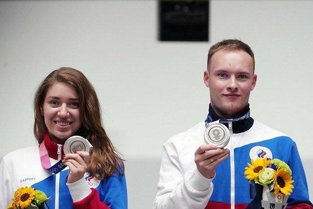 Иркутянин Артём Черноусов (справа) и Виталина Бацарашкина с серебряными медалями Олимпиады в Токио