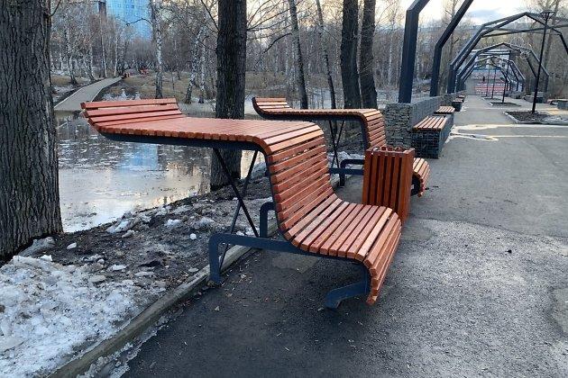 скамейки в парке Парижской коммуны