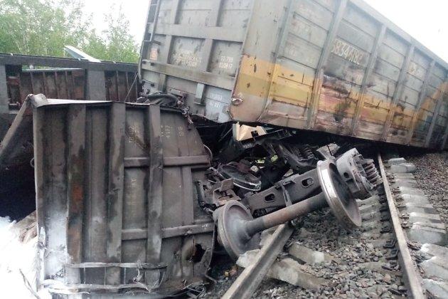 Грузовые вагоны, сошедшие с железнодорожных путей