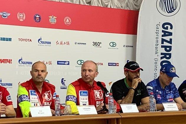 руководитель ралли-марафона «Шёлковый путь» Владимир Чагин (в центре)