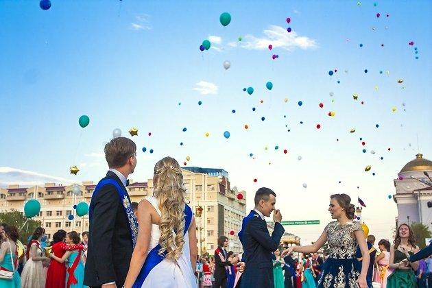 Ученики празднуют выпускной на площади в 2016 году.