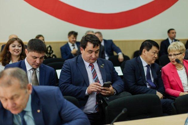 Депутат Константин Коростелёв сидит в центре