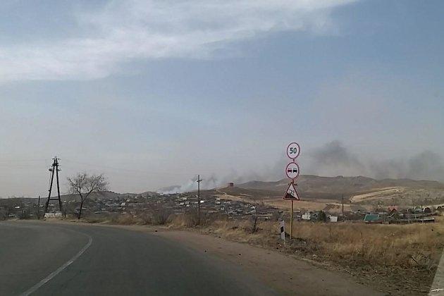 Пожар подходит к свалке в Краснокаменске