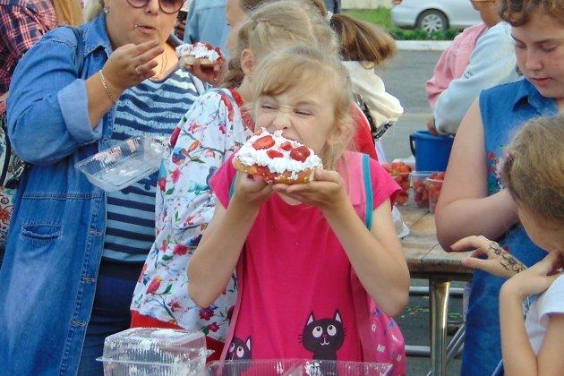 Поедание клубничного пирога