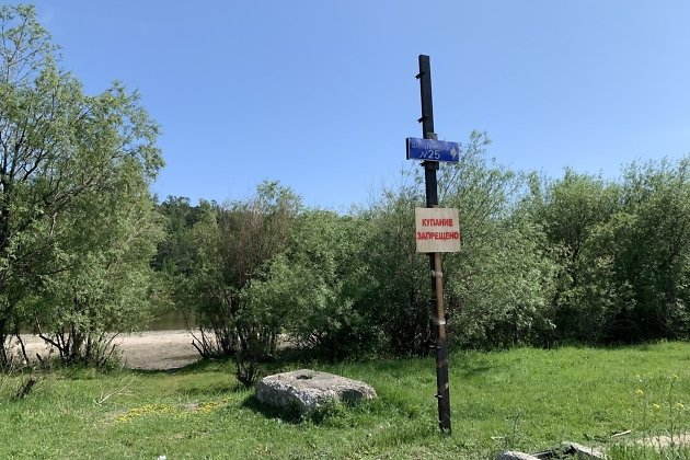 Табличка «Купание запрещено» на пляже в Селиванихе