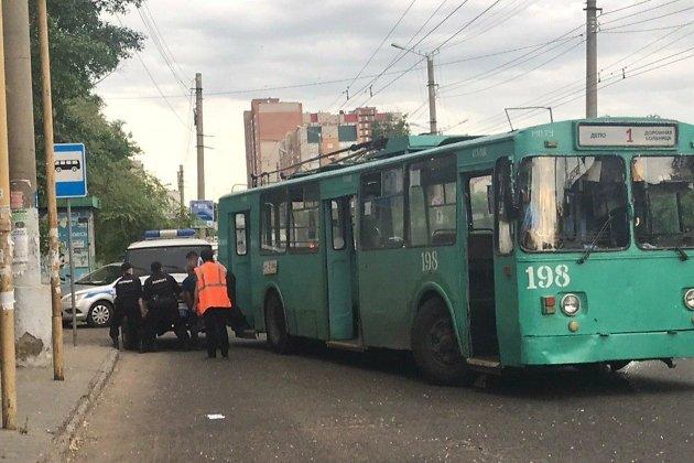 Полицейские оттаскивают с дороги УАЗ, в который врезался троллейбус