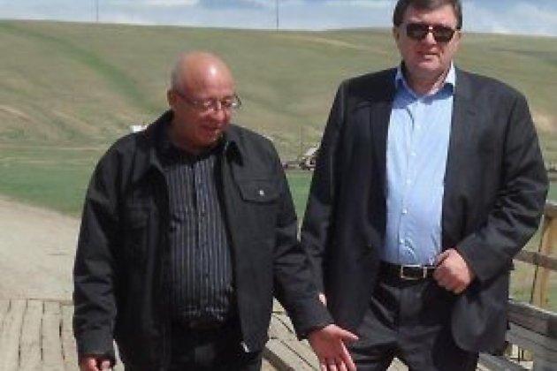 С Валерием Альхановым на выездном заседании в Могойтуйском районе осматривают разваливающийся мост