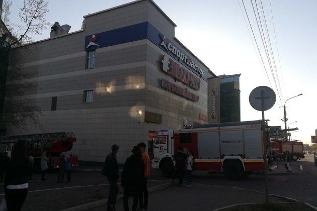 Пожарные машины у ТЦ