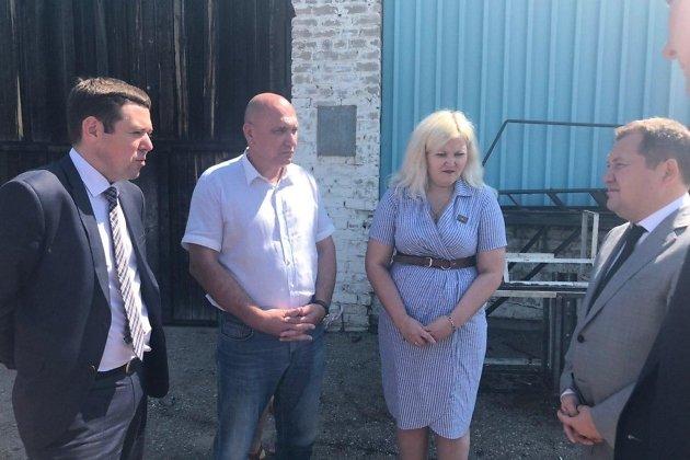Виктор Паздников объясняет замминистру строительства РФ планы по ремонту станции очистки воды