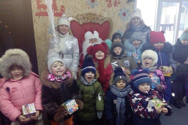 Дети в резиденции Деда Мороза в Борзе