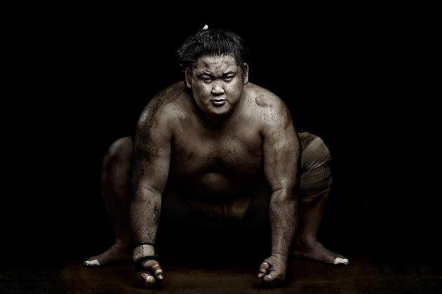 Японский мужчина в идеальной форме, но всё-таки чем-то недовольный