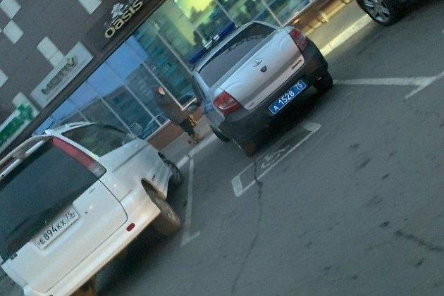 Парковка около ТЦ