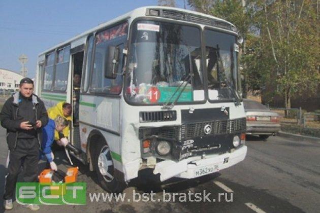 Шесть человек пострадали вБратске в итоге ДТП спассажирским автобусом