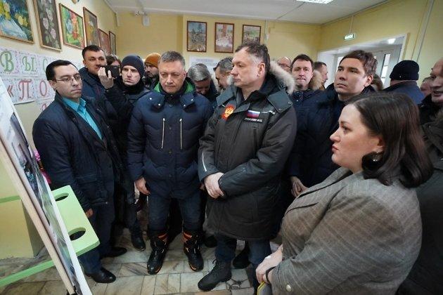 Вице-премьер России Марат Хуснуллин (в центре) во время визита в Нижнеудинск