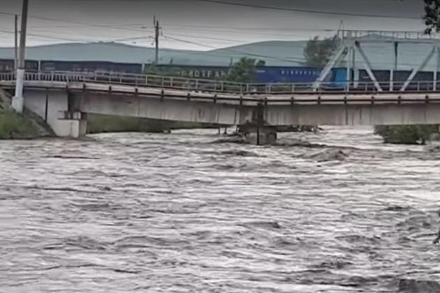 Повреждённый паводком ж/д мост в Шилке