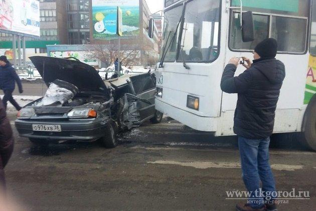 Вреанимацию после столкновения строллейбусом вБратске попал шофёр «легковушки»