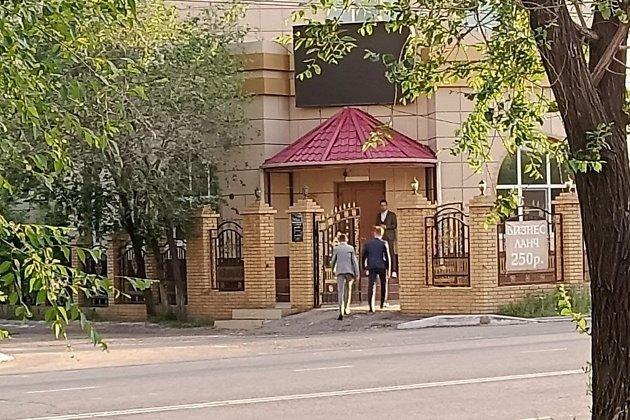 Молодые люди около кафе «Вечерний Баку»