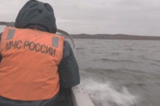Сотрудник МЧС на поисках потерявшихся рыбаков, озеро Большой Ундугун