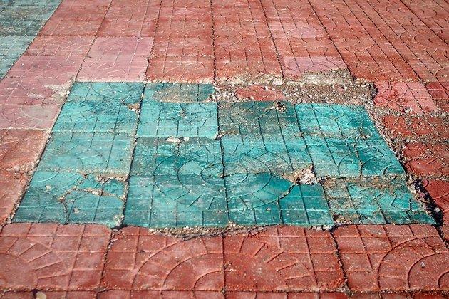 Разбитая плитка на площади Ленина