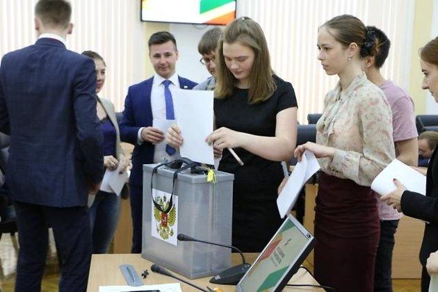 Дмитрий Ракитин (молодой человек в центре) на первом заседании молодёжного правительства