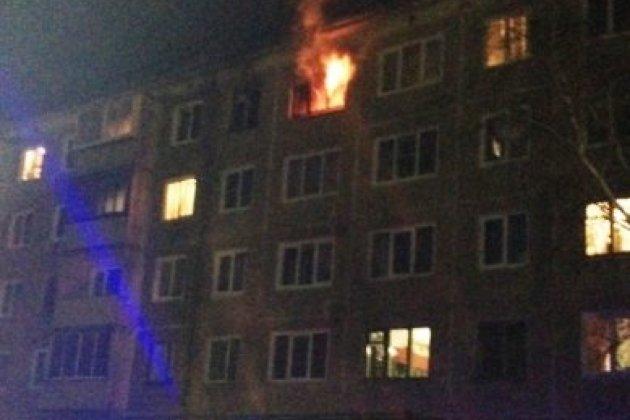 Пожарные спасли пятерых мужчин изгоревшей квартиры вБратске