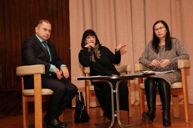 Цымпилова (справа) вместе с экс-министром Еленой Михайловой и Алексеем Бочкарниковым