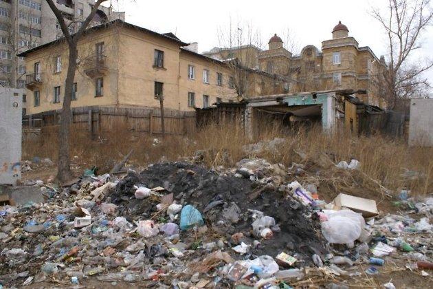 Типичная для Читы свалка мусора в одном из жилых районов города