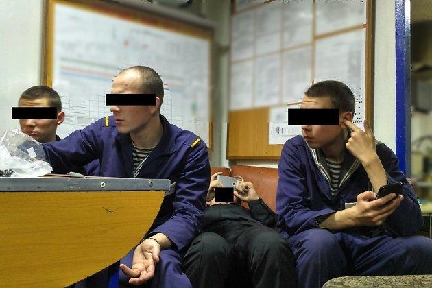 Фото людей с запрещёнными сматфонами, сделанное на запрещённый смартфон