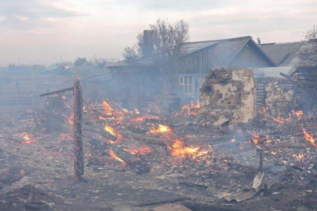 Деревня Пойма могла сгореть из-за лесного пожара, пришедшего изКрасноярского края