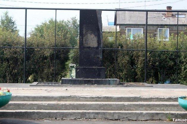 Сгоревший памятник ветеранам Великой Отечественной войны в посёлке Юрты