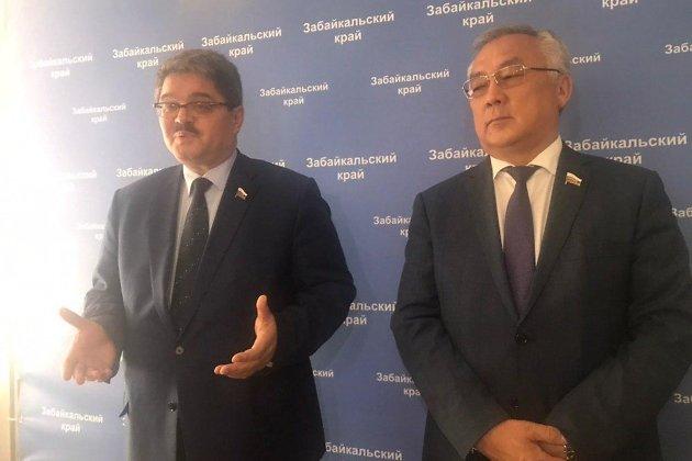 Сенаторы Анатолий Широков и Баир Жамсуев во время рабочей поездки в Чите