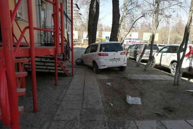 Иностранная машина  врезалась вкрыльцо парикмахерской наулице Гоголя вИркутске