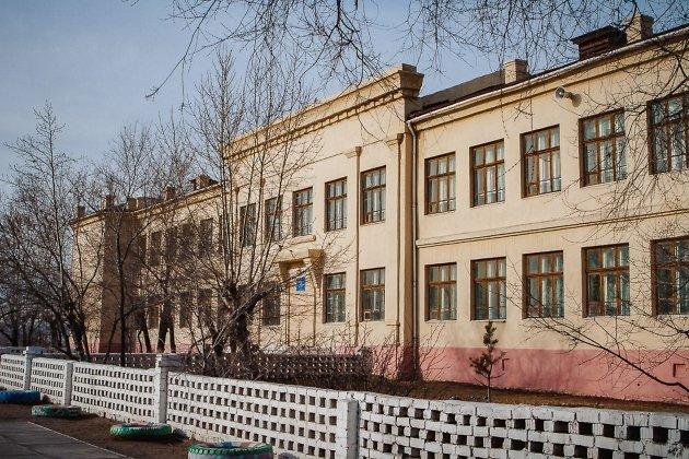 Школа №15 носит имя героя Советского Союза лётчика Виктора Рахова, потому что построена в год его смерти