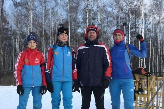 Команда по биатлону из Забайкалья. Виктория Коновалова стоит первой справа