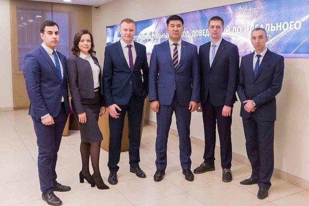 Управляющий ВТБ в Забайкалье Николай Халмактанов (третий справа) и сотрудники банка