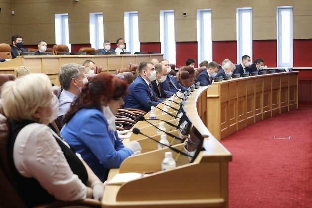Депутаты на сессии заксобрания 10 апреля