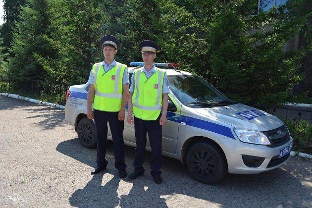 Инспекторы ДПС, оказавшие помощь ребёнку