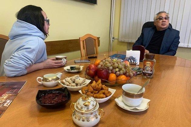 Екатерина Шайтанова и Баир Жамсуев в рабочем кабинете сенатора в администрации Агинского округа
