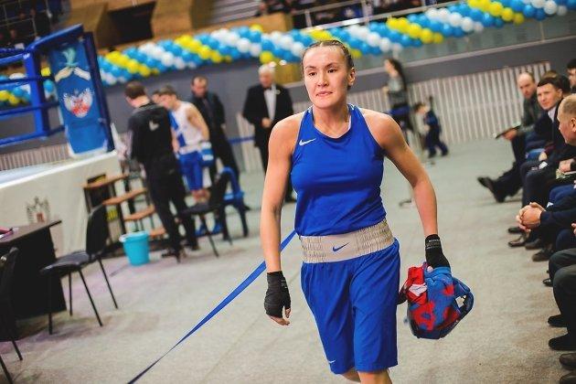 Участница турнира по боксу в женской категории