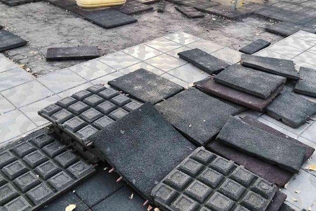 Сломанное покрытие на площади Революции