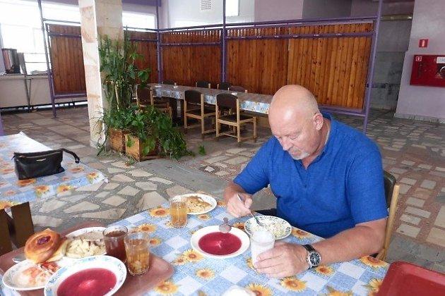 Александр Глотов инспектирует столовую предприятия. Август 2017 года