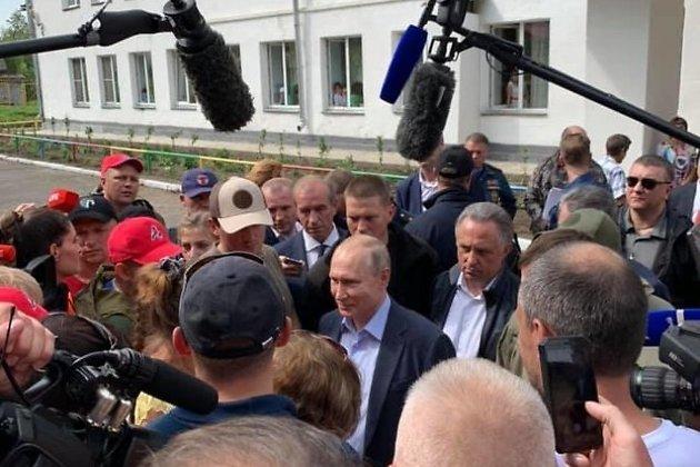 Путин встретился с жителями подтопленного Тулуна