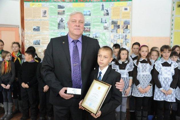 Замруководителя департамента по делам гражданской обороны и безопасности Забайкальского края Михаил Стуков награждает